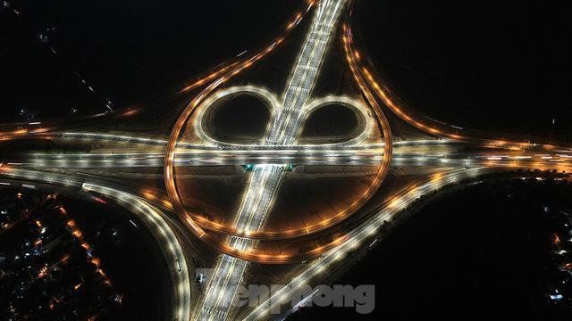 Mãn nhãn với cầu vượt trăm tỷ ở Thủ đô lung linh trong đêm  - Ảnh 2.